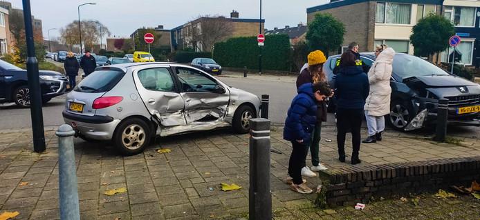 Bij een ongeval op de kruising van de Germanenlaan en Rembrandtlaan in Apeldoorn waren de auto's zo beschadigd dat er een bergingsbedrijf aan te pas moest komen.