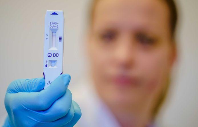 Sommige sneltesten krijgen bij een positieve uitslag op het coronavirus streepjes als bij een zwangerschaptest.