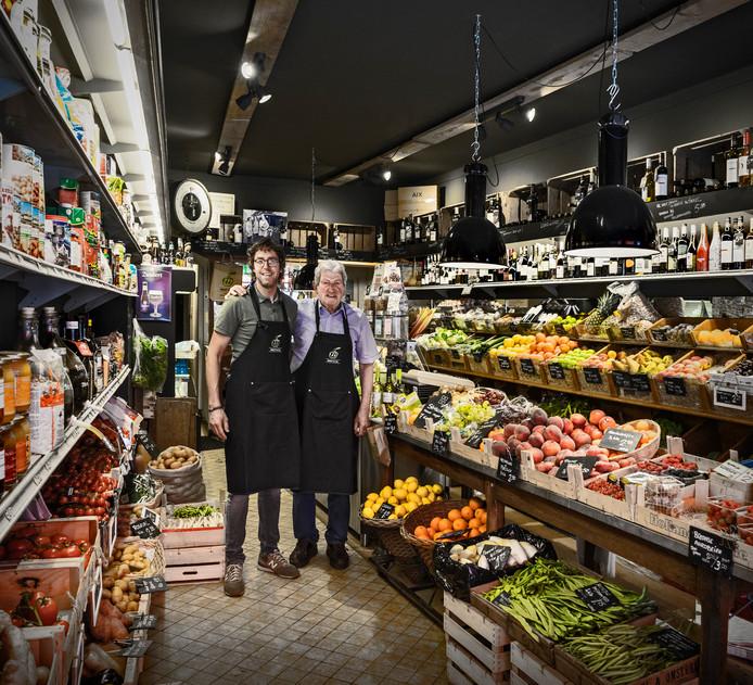 Marco en Wout van Oosterhout in Wout & Co. Groenten-, Bloemen- en fruitspeciaalzaak in hartje Breda, de Lange Brugstraat. Waar winkelend publiek tussen het shoppen door even snel wat groente kan kopen