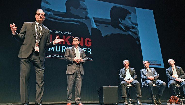 De Amerikaanse advocaten Strang en Buting, bekend van de Netflixserie Making a Murderer, spreken in de Meervaart hun vakbroeders toe. Beeld Guus Dubbelman/de Volkskrant