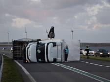 Vrachtwagen kantelt door harde wind op Philipsdam, weg uren afgesloten