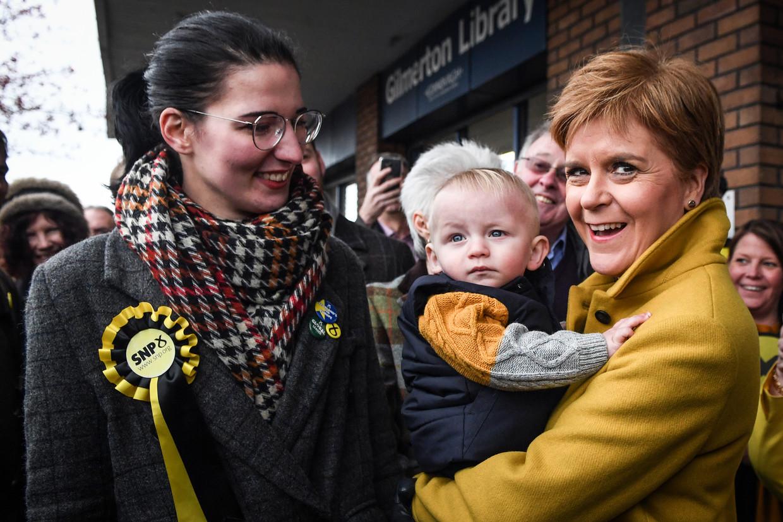Nicola Sturgeon van de SNP op campagne in Edinburgh.  Beeld AFP