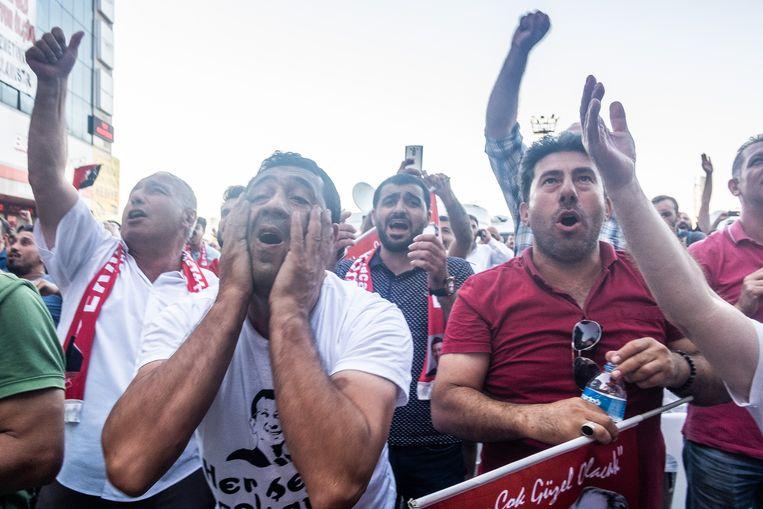 Aanhangers van oppositiepartij CHP vieren feest. Beeld Joris Van Gennip