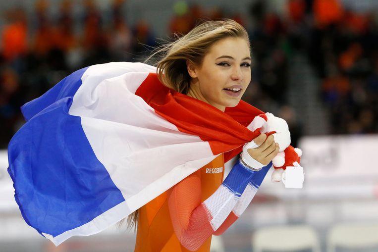 Jutta Leerdam viert het goud op de kilometer in Salt Lake City. Beeld AP