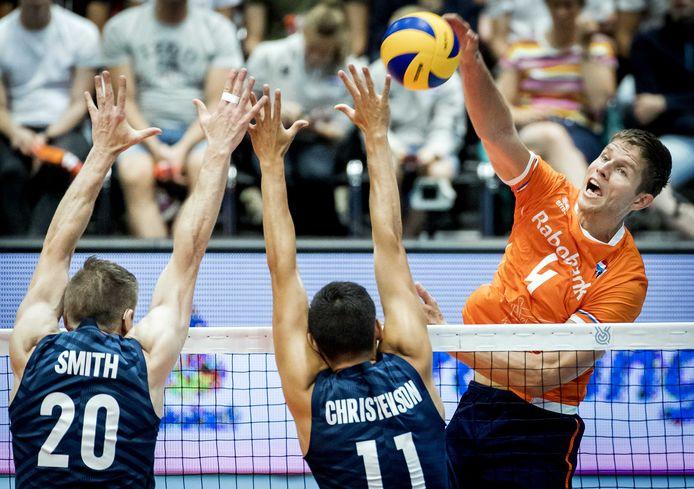 Volleyballer Thijs Ter Horst, op de foto in actie voor Oranje, is net als de meeste spelers van zijn team Perugia, positief getest op corona. De ploeg, koploper in de Italiaanse Superlega, zit voorlopig in quarantaine.
