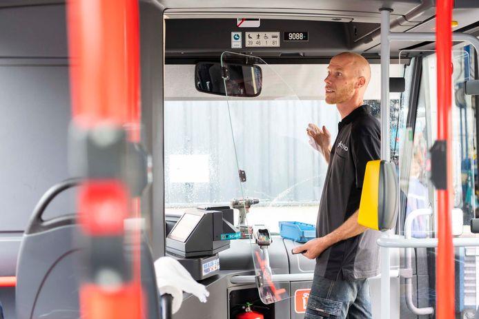 Installatie van een 'kuchscherm' in één van de Arriva-bussen die in de Achterhoek rijdt.