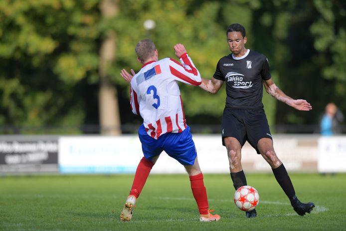 Sleeuwijk-verdediger Ruben Siland (rechts) vond dat zijn ploeg meer lef mocht tonen tegen Roda Boys/Bommelerwaard.