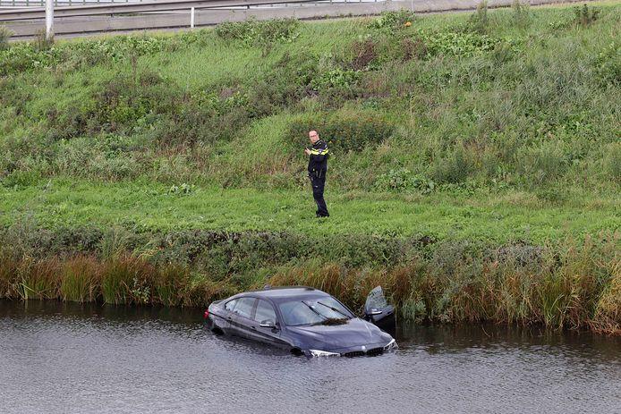 De man reed met zijn auto het water in.