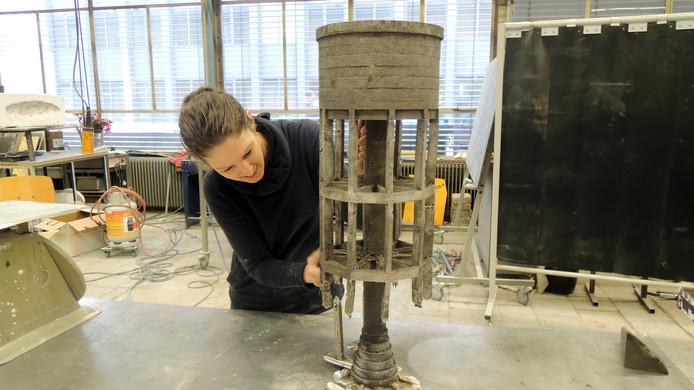 Mieke Meijer werkt aan een van haar objecten voor de expo in galerie Pennings.