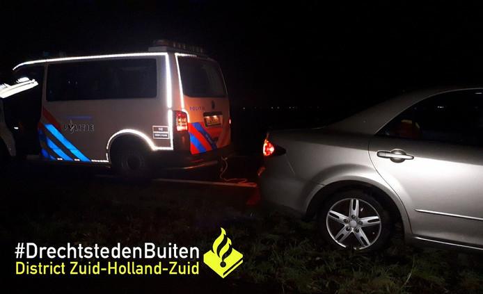 Auto verzakt in modder op de N214 bij Papendrecht.