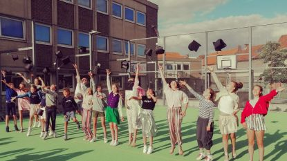 Afstudeerhoedjes in de lucht op proclamatie KBO-school Sint-Walburga Oudenaarde