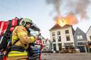 De vlammen slaan metershoog uit het monumentale pand aan de Markt in Hattem.