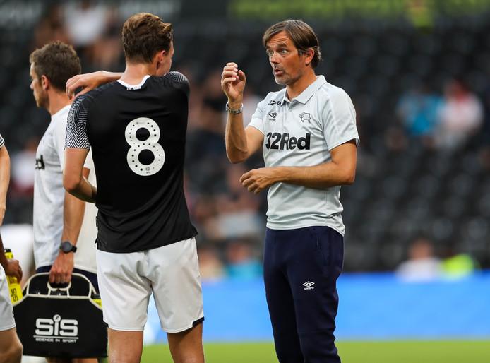 Phillip Cocu geeft instructies als coach van Derby County, dat in mei de strijd om promotie verloor in de play-off tegen Aston Villa.