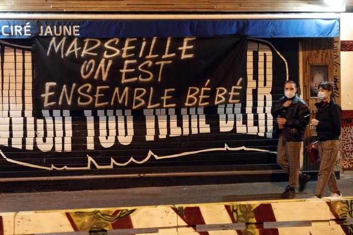 """Een banner met de tekst """"Marseille, we zijn samen schat"""" aan een café in Parijs. Een verwijzing naar het protest tegen de sluiting van bars en restaurants in de Zuid-Franse stad."""