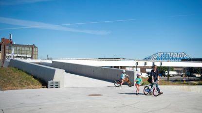 Nieuwe voetgangersbrug naar Sportpaleis is klaar