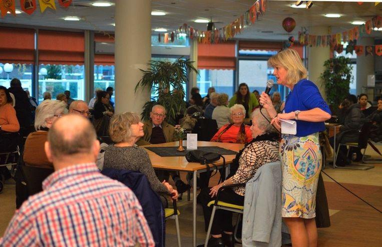 Wil van Schendel (rechts), directeur van de koepelorganisatie Stichting Sociale Maatschap, spreekt op de 'mantelzorgdag'van de stichting Doras. Beeld FOTO STICHTING DORAS