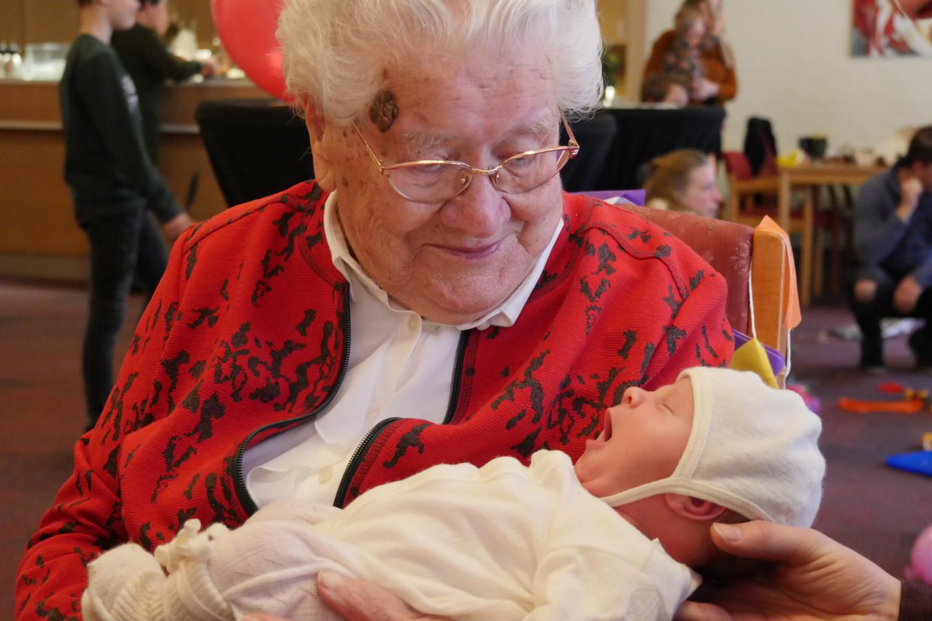 Anneke van Esch viert samen met Guusje, het allerjongste achterkleinkind, haar honderdste verjaardag in Park Stanislaus.
