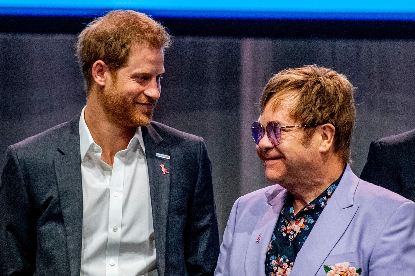 Elton John heeft woedend gereageerd op de niet-aflatende berichten in de Britse pers over het vlieggedrag van prins Harry en zijn vrouw Meghan