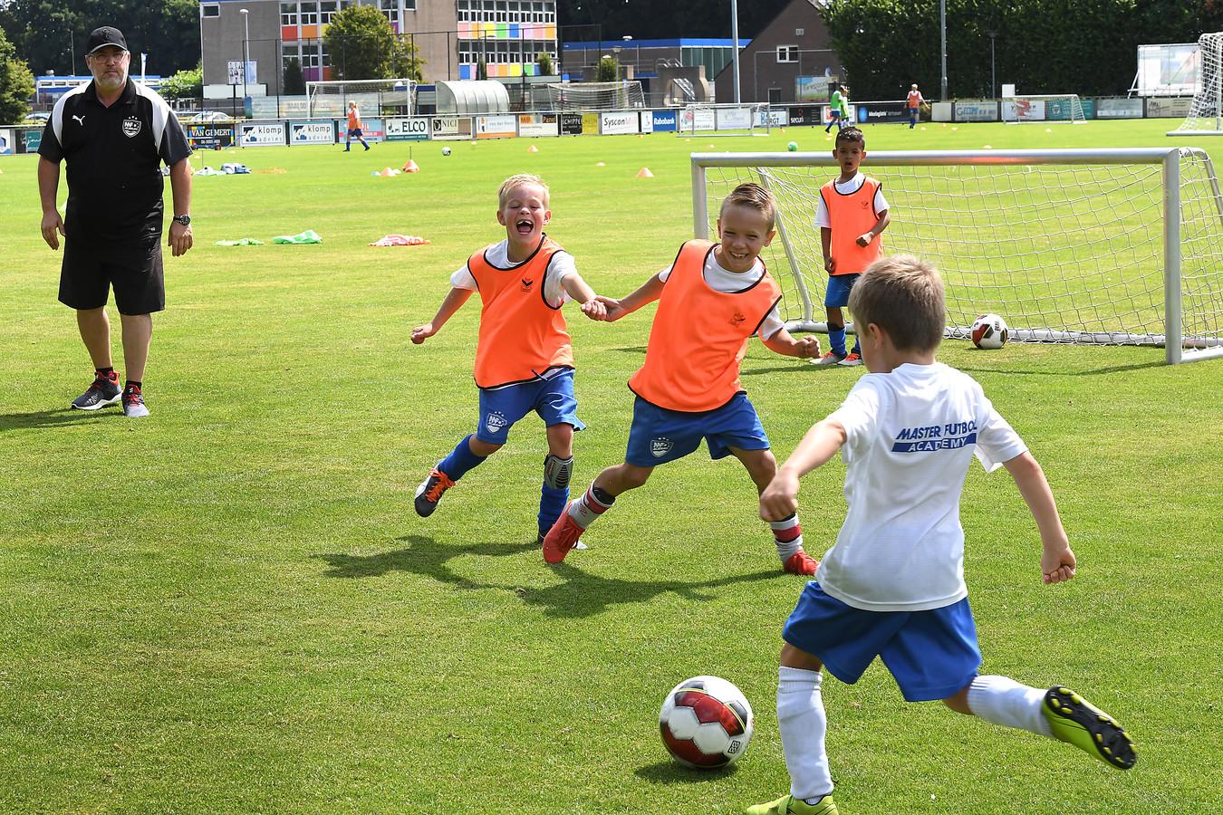 Spaanse trainer van topclub Espanyol uit Barcelona geeft les aan jeugd bij Juliana Mill.