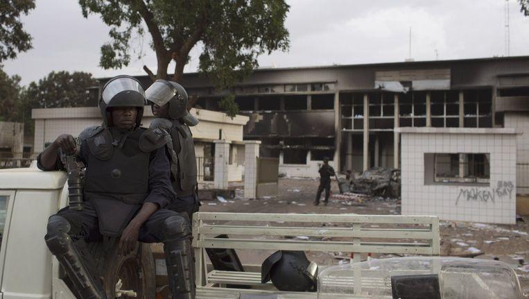 Militairen bewaken het afgebrande parlementsgebouw van Burkina Faso Beeld null
