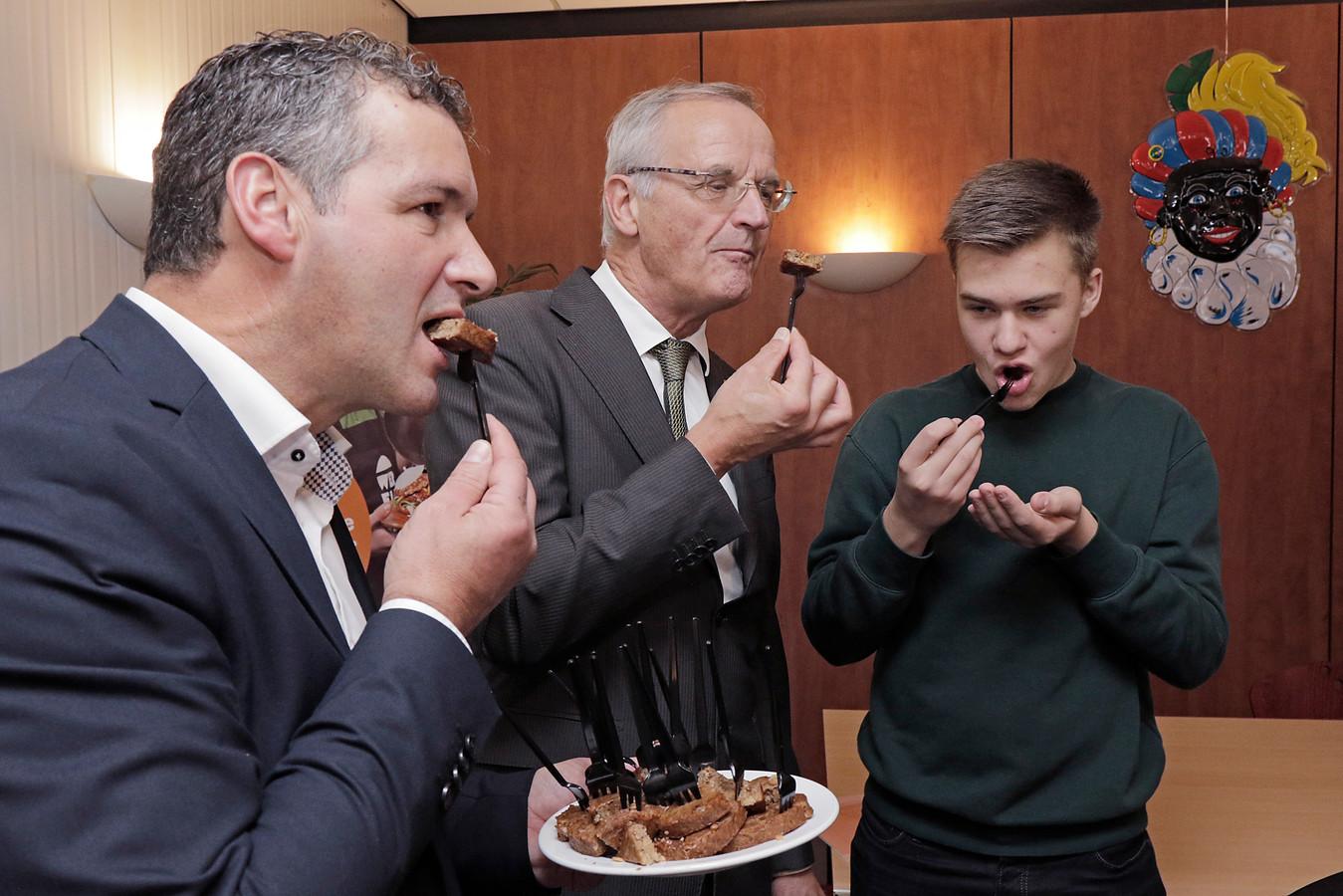 Stein Scholten (rechts) bedacht de Sunny BBQ, een prijswinnende notenburger die bij Dalco in Oss van de band rolt.