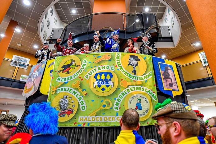 De vlag onthuld. Erboven staan de vijf prinsen, prinses Tessa en burgemeester Heleen van Rijnbach-de Groot.
