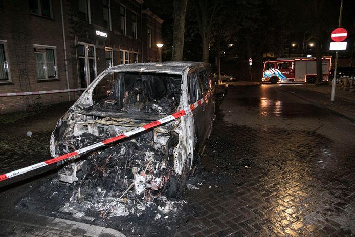 In de Arnhemse wijk Klarendal is deze bestelauto in vlammen opgegaan.