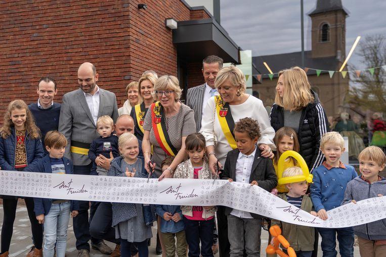 De feestelijke opening van 'Den Andries' afgelopen zondag, met alle buurtbewoners.