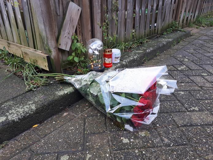 Bloemen op de plek waar de Rozenburger werd doodgestoken.