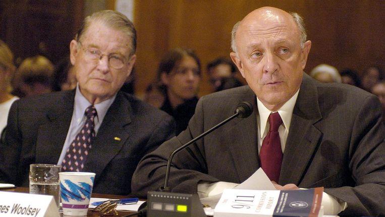 James Woolsey (rechts) en de voormalige FB-directeur William Webster in 2004. Beeld ap