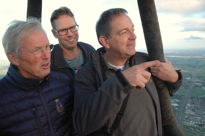 De drie prijswinnaars in het kleine mandje van de ballon. Van links naar rechts: Kees Ravensbergen, Arjen Kok, Theo van Goch.