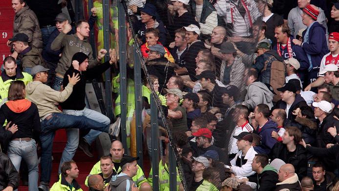 Aanhangers van Feyenoord en Ajax zoeken de confrontatie tijdens een wedstrijd in De Kuip in 2006.