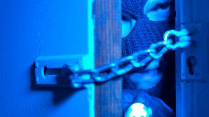 Inbrekers stelen geld en juwelen in flat