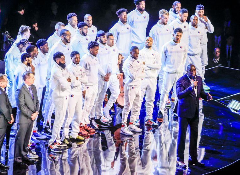 LA Lakers-legende Magic Johnson gaf voor de wedstrijd een speech. Alle spelers van het All Star Game lijnen op achter hem.