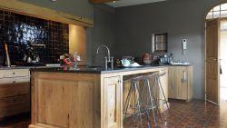 WOONVIDEO. Nieuwbouwhoeve gemaakt van oude materialen: Boomse pannen van afbraak in Doel, hout van treinwagons staat nu in de keuken