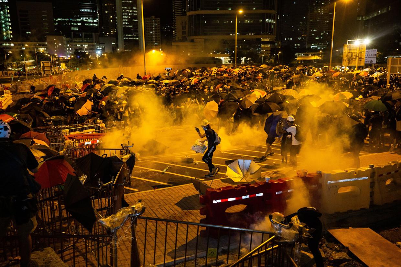 Demonstranten clashen met de politie in Hongkong, 1 juli. 'Als ze dit gevecht verliezen, is alles verloren', stelt Ai Weiwei.