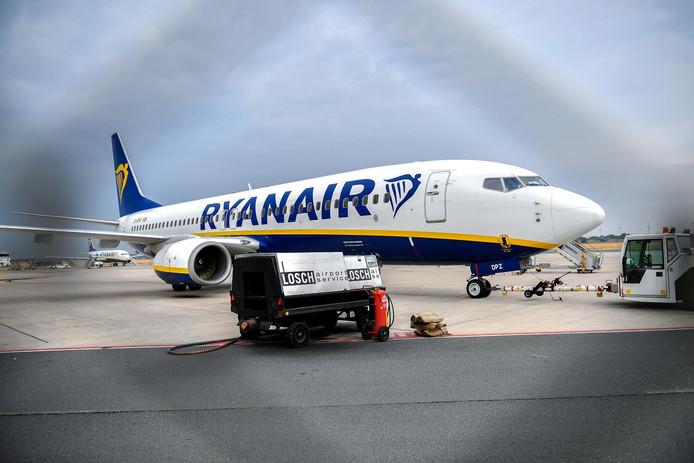 Een vliegtuig van Ryanair op vliegveld Weeze.