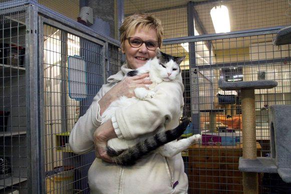 Maria Lepoutre van dierenasiel Unco-Jerry is blij met de hulp van Seline en Valérie.