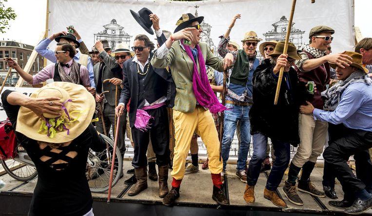 Archiefbeeld: (Oud)Studenten vieren feest tijdens de Maskerade-optocht door het centrum van Leiden ter ere van het 200-jarig bestaan van studentenvereniging Minerva. Beeld anp