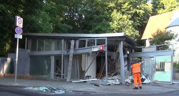Het zwaar beschadigde bankfiliaal in het Alten Klinikumspark in Aken.