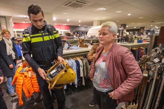 'Dieven' gepakt bij Bomont door agent Gillian die een blik werpt in de geprepareerde tas.