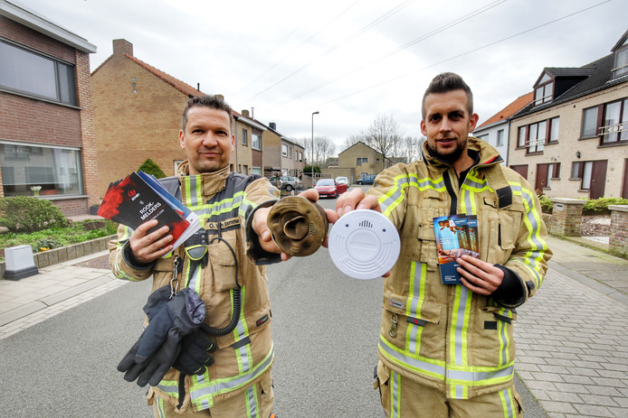 Brandweeradjudant Olivier Van Damme, met een rookmelder uit een brand, en zijn collega gingen samen op pad.