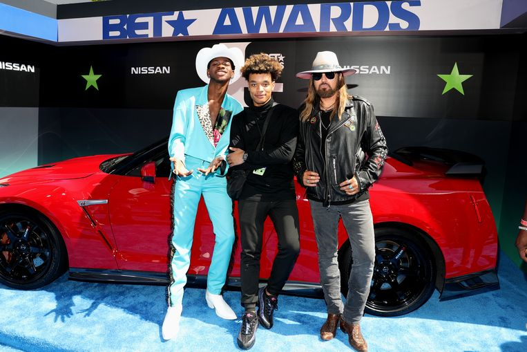 Lil Nas X (l), YoungKio (m), and Billy Ray Cyrus bij de de BET Awards 2019.  Beeld Getty Images for BET