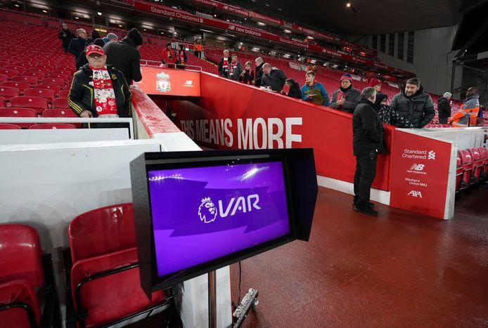 De tv-monitor die de scheidsrechter in Engeland vaker moeten raadplegen.
