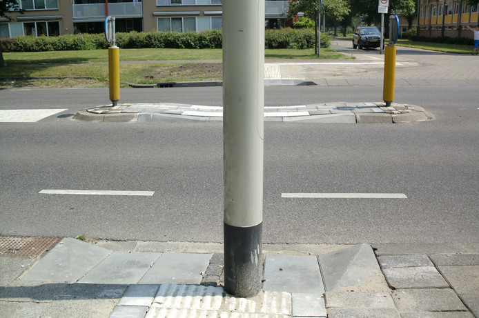 Dat er een paal staat op een oversteekplaats aan de Jan Vermeerlaan was een foutje van de gemeente Roosendaal.