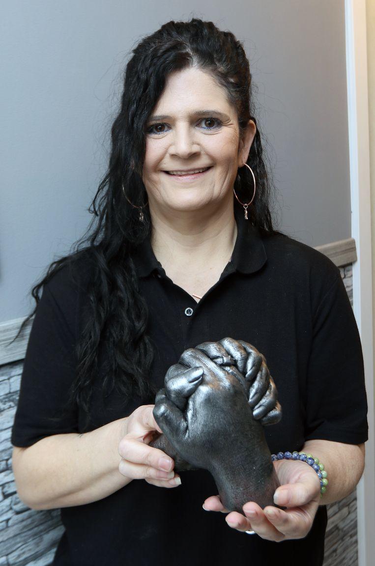 Hyacintha De Vogel toont een voorbeeld van twee handen in porselein.