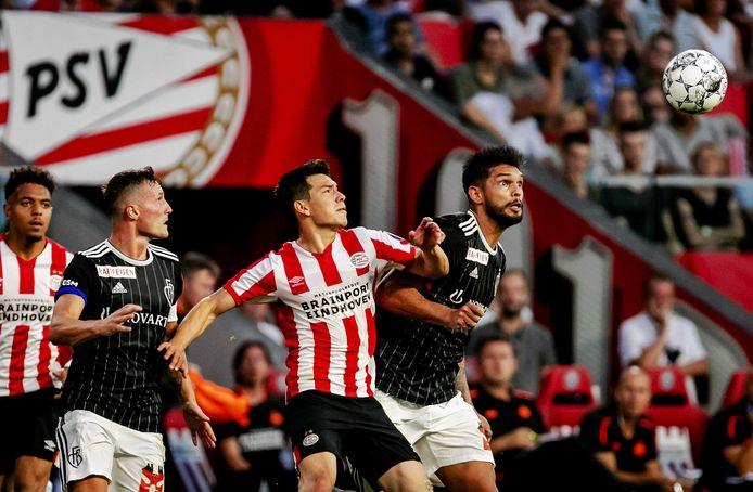Hirving Lozano (m) in duel met Omar Federico Alderete Fernandez tijdens PSV-FC Basel, vorig jaar op 23 juli tijdens de tweede kwalificatieronde voor de Champions League.