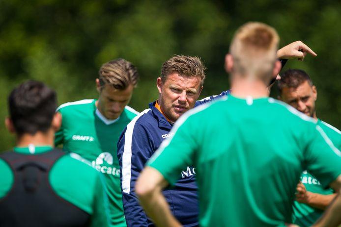 Trainer John Stegeman keert komende week met zijn spelers terug in het stadion van PEC Zwolle. De vraag is alleen wanneer precies en vooral hoe de trainingen ingevuld en georganiseerd zullen worden.