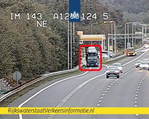De pauzerende chauffeur op de uitrit van het tankstation bij Arnhem.