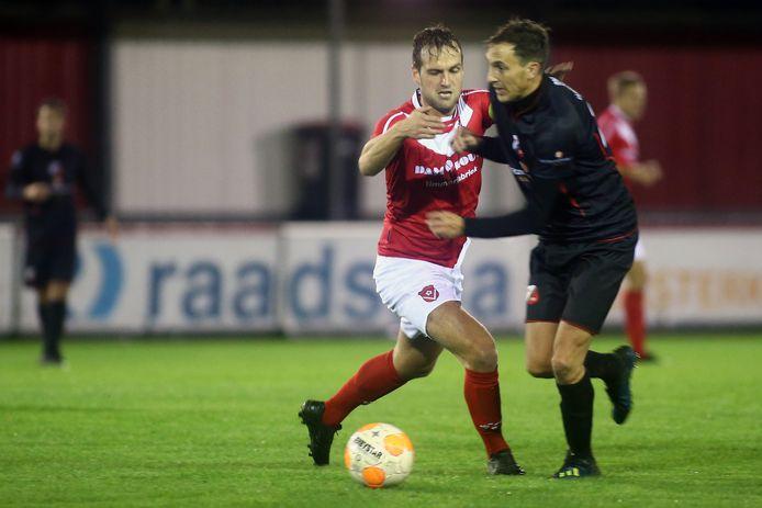 Tomas Boer (r) probeert Henny Bouius van zich af te schudden.